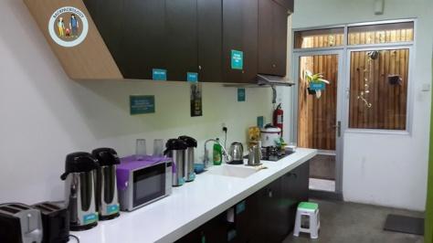 Dapur Teduh Hostel, semua peralatan makan tersedia di sini, asal jangan lupa cuci sendiri setelah dipakai. Kopi teh gula juga tersedia gratis
