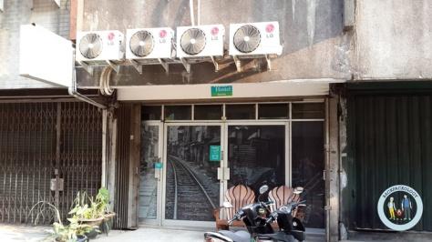 Tampak depan Teduh Hostel, dalam kompleks ruko-ruko Glodok, terlihat paling hidup dan terawat dibanding bangunan sekelilingnya