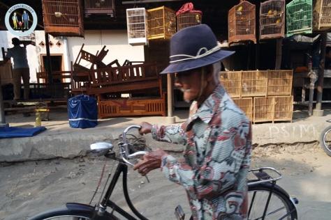 Kandang-kandang burung dijejer di pinggir Jalan Raya Godean, menambah semarak suasana Pasar Hewan Godean