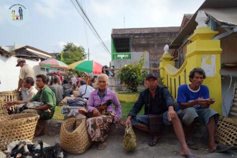 Pedagang menggelar lapak begitu saja di pinggir jalan, kadang hewan dagangan dipangku layaknya anak kesayangan, unik dan hangat dari Pasar Hewan Godean