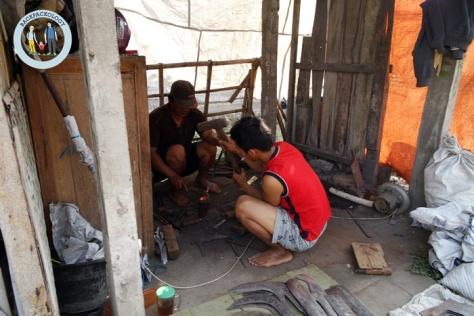 Tak hanya hewan, Anda juga bisa menemukan pedagang clurit sekaligus pande besi, hanya di Pasar Hewan Godean