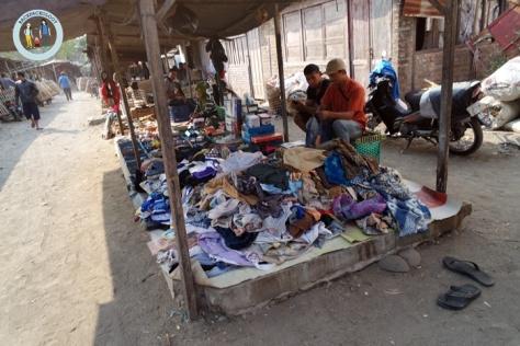 Pedagang baju bekas juga turut menempati lapak Pasar Hewan Godean, sangat membantu rakyat kecil yang benar-benar membutuhkan