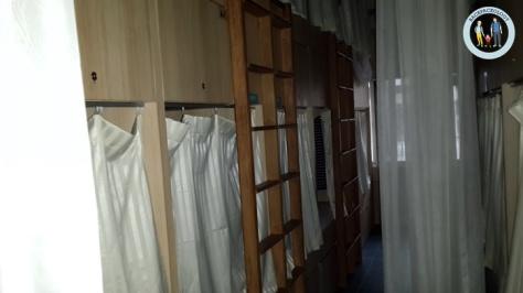 Suasana dalam kamar Teduh Hostel, ranjang susun alias bunk bed memenuhi ruangan ini