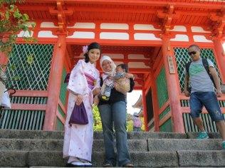 Jarik tidak kalah cantik dengan kimono kan?