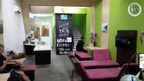 Lobby Teduh Hostel, perpaduan warna ungu dan hijau yang selaras, dengan suasana nyaman meskipun di tengah hiruk pikuk ibukota
