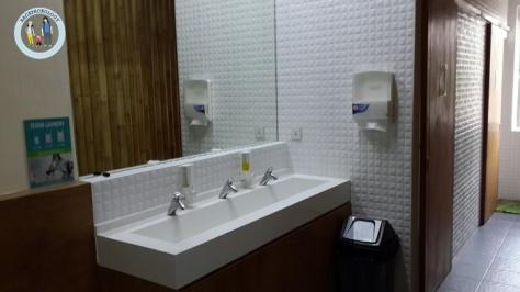 Wastafel di area kamar mandi, persis di depan pintu kamar Teduh Hostel, dihiasi aksen bambu yang memberi kesan alami