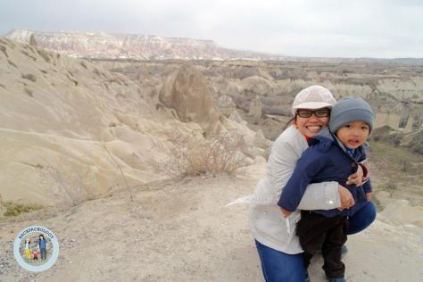 Simbok dan Oliq dengan salah satu obyek wisata wajib di Cappadocia, Turki