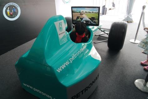 Replika game balap F1 khusus untuk anak-anak.. orang dewasa tidak akan cukup duduk di dalam kokpitnya