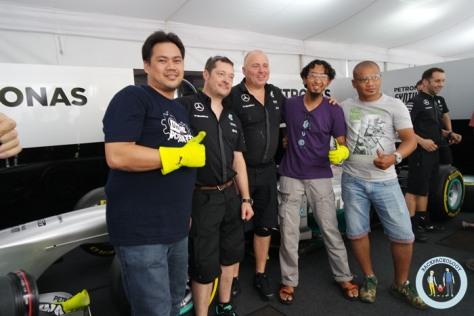 Setelah mencoba langsung ganti ban mobil F1, foto-foto dulu dengan kru asli Mercedes AMG Petronas Formula One Team