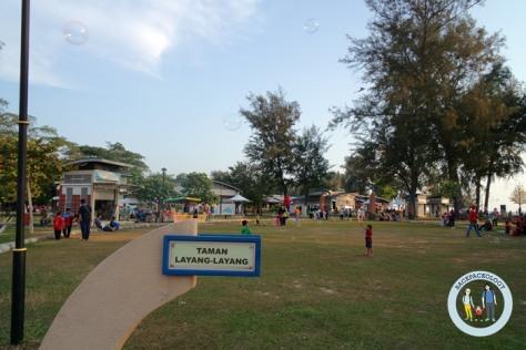 Taman Layang-layang di Pantai Morib, tempat pengunjung bermain layang-layang dan gelembung busa sabun