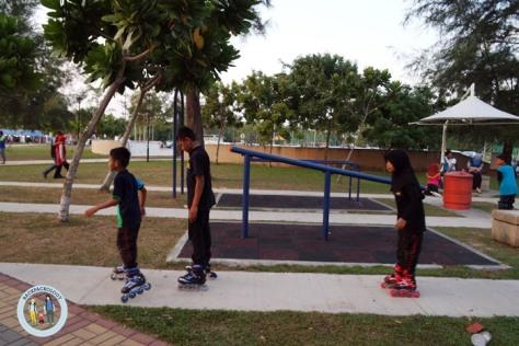 Anak-anak bermain in-line skate di Pantai Morib