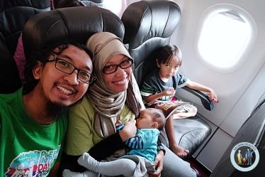 The Backpackologist di pesawat menuju Boracay, Ola anteng nyusu simbok