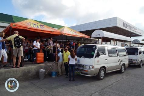 Penampakan mobil van dari Kalibo ke Caticlan, cukup nyaman walau sopirnya ngebut ala trayek Medan-Parapat