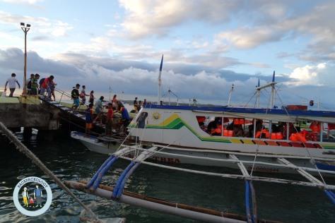 Perahu rakyat dari Caticlan ke Boracay, mirip perahu kayu nelayan yang dilengkapi bambu penyeimbang di pinggirnya