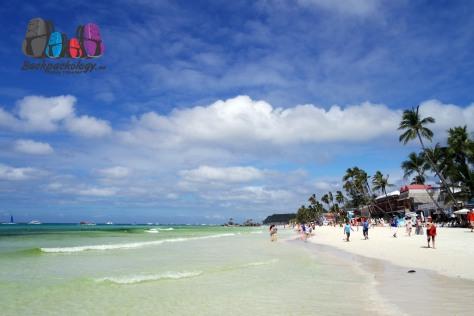 White Sand Beach, Boracay, pantai pasir putih nan lembut dengan ombak tenang, sangat cocok untuk bermain-main bersama anak
