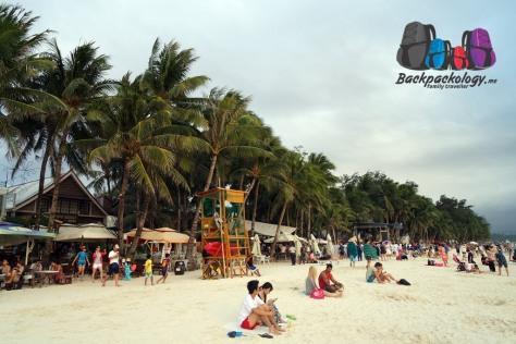 White Sand Beach, Boracay, ramai dengan turis dan jajaran hotel dan toko sepanjang pinggir pantai