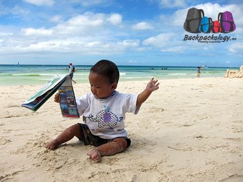 Bermain-main dengan pasir lembut di White Sand Beach sambil liat-liat peta... enaknya kemana ya habis ini??