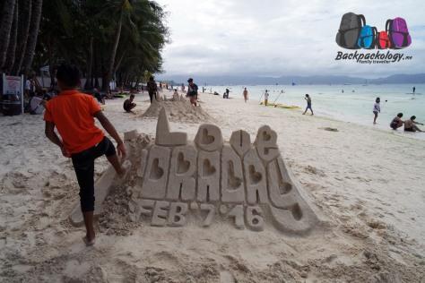 """Bocah lokal menghancurkan sendiri monumen pasir """"I Love Boracay"""" setelah ketahuan oleh patroli penjaga pantai"""