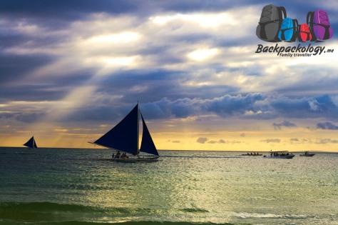 Berlayar dengan kapal layar sebenarnya, salah satu pilihan wisata air di White Sand Beach, Boracay