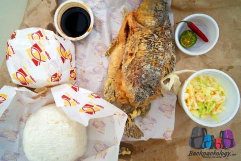 Ikan goreng tepung dengan nasi, lengkap dengan kecap asin, lombok, jeruk nipis, dan sayur kobis, dibeli dari restoran seafood yang tidak menjual babi, letaknya di pinggir Cafe de Mall, Boracay Filipina