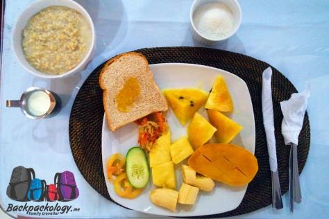 Sarapan sangat sehat berupa oat, buah segar, dan roti gandum, dari hotel kami, Isla Gecko, Station 2 Boracay Filipina