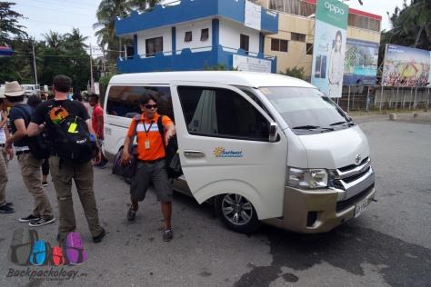 Van dari Southwest yang mengantar kami dari hotel menuju dermaga Boracay, Filipina