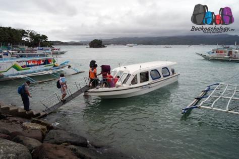 Kapal cepat dari fiber yang digerakkan motor tempel, milik Southwest sendiri, mengantar kami dari Boracay kembali ke Caticlan, Filipina
