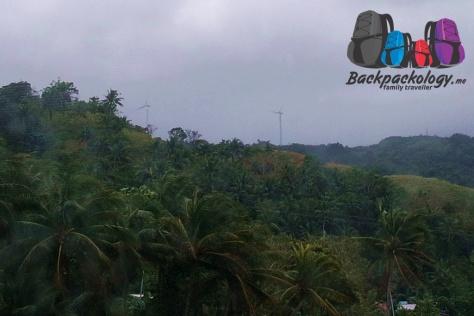 Kincir angin alias wind turbine yang terlihat di sepanjang jalan Kalibo-Caticlan, Filipina