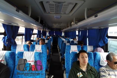Interior dalam bis sedang milik Southwest yang membawa kami dari Caticlan menuju bandara Kalibo, Filipina