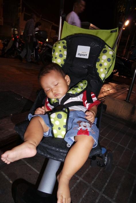 Anak bayi bisa tertidur kapan saja.. bawa stroller bisa jadi solusi, tapi ingat pilih obyek wisata yang kira-kira ramah stroller kalau mau bawa stroller ini kemana-mana...