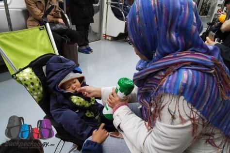 Ibu harus siap menyuapi alias ndulang anaknya dimana aja..bawa cemilan bayi yang gampang dibawa-bawa bisa jadi alternatif..