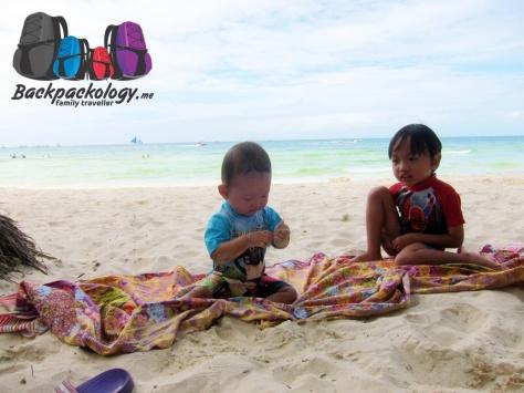 Kebahagian terbesar saat travelling dengan anak-anak adalah melihat mereka bermain dan tetap ceria sepanjang perjalanan hingga ke tempat tujuan...