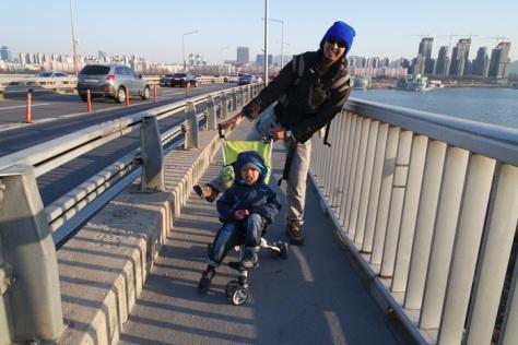 Ndorong anak dan nggendong anak pun happy selama fetish jembatan terpenuhi
